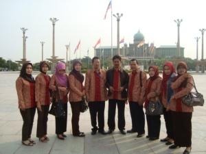 Sebagian rombongan berfoto di kawasan Putra Jaya, Slangor